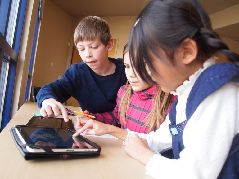 kids+with+tablets